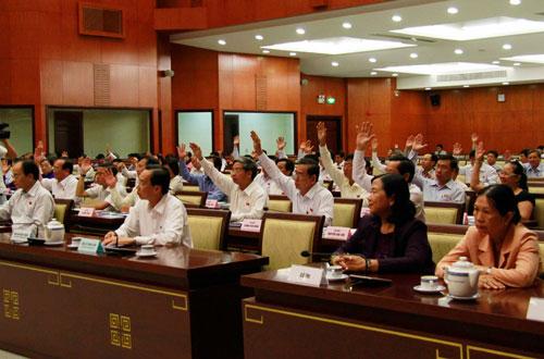 Các đại biểu HĐND TP HCM thông qua các tờ trình của UBND TP Ảnh: HOÀNG TRIỀU