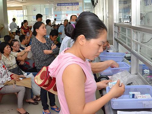 Chờ lấy thuốc BHYT tại Bệnh viện Nhân dân Gia Định (TP HCM) Ảnh: TẤN THẠNH