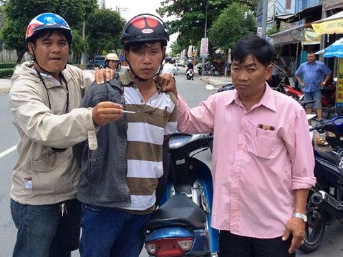 """Lê Hữu Sơn (giữa) bị các """"hiệp sĩ"""" bắt trưa 20-8"""