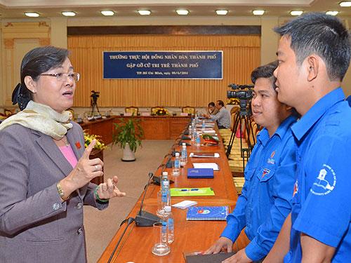 Chủ tịch HĐND TP HCM Nguyễn Thị Quyết Tâm trao đổi với các cử tri trẻ Ảnh: TẤN THẠNH