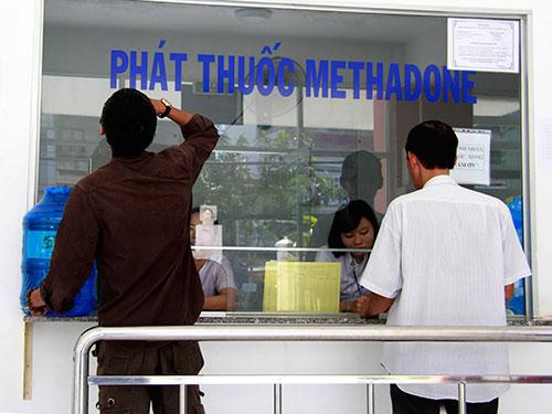 Uống thuốc Methadone để điều trị cai nghiện ma túy ở Trung tâm Y tế dự phòng quận 8, TP HCM  Ảnh: HOÀNG TRIỀU