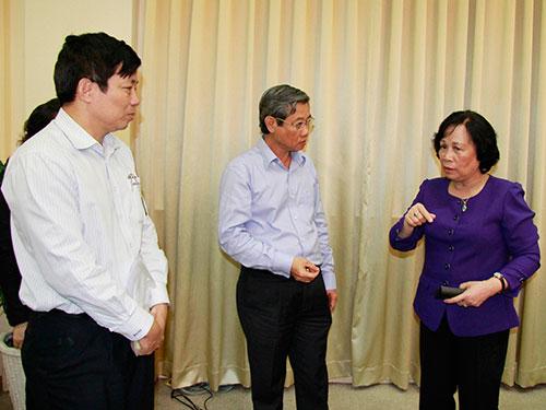 Bộ trưởng Phạm Thị Hải Chuyền trao đổi với lãnh đạo TP HCM. Ảnh: HOÀNG TRIỀU