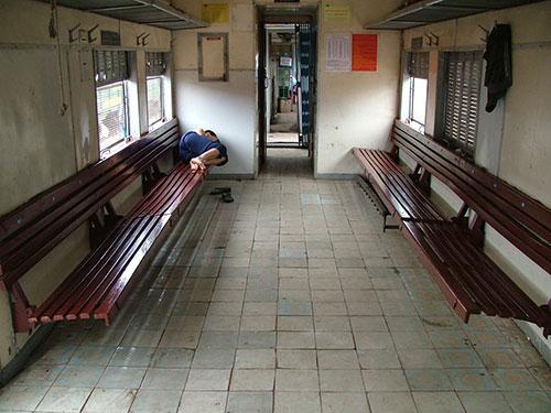 Cảnh vắng vẻ trên đoàn tàu VĐ31/VĐ32 tuyến Đồng Hới - Vinh