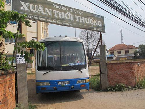 Xe đưa rước học sinh tại Trường Tiểu học Xuân Thới Thượng, huyện Hóc Môn, TP HCM. Ảnh: THU HỒNG