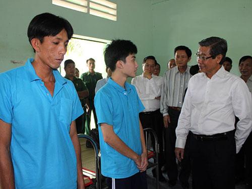 Phó Chủ tịch UBND TP HCM Hứa Ngọc Thuận thăm hỏi, động viên người nghiện tại cơ sở xã hội Nhị Xuân