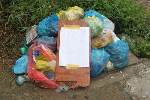 """Một hộ dân bị đường dây thu gom rác làm khó nên phải viết bảng """"van xin"""""""