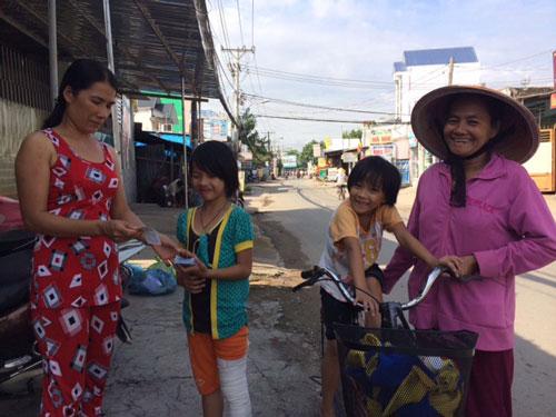 Bà Hoa cùng các cháu mừng rỡ khi biết UBND phường sẽ hỗ trợ làm giấy khai sinh