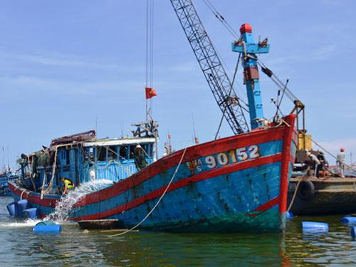 Tàu cá của ngư dân Việt Nam bị tàu Trung Quốc đâm chìm Ảnh: HOÀNG DŨNG