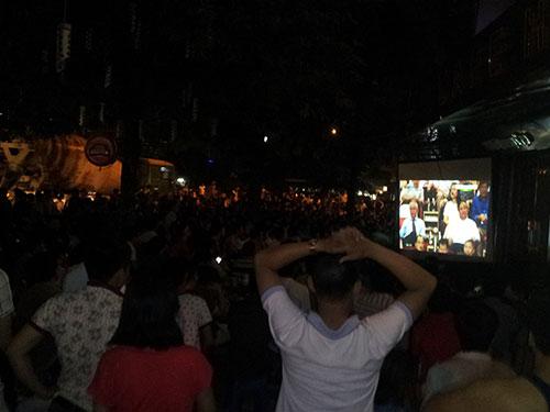 Hàng trăm CĐV xem trận đấu ở các quán cà phê quanh sân Mỹ Đình vì không tìm được vé vào sân. Dù vậy, họ vẫn cảm nhận được sức nóng nhờ tiếng hò reo từ sân vọng ra Ảnh: Văn Duẩn