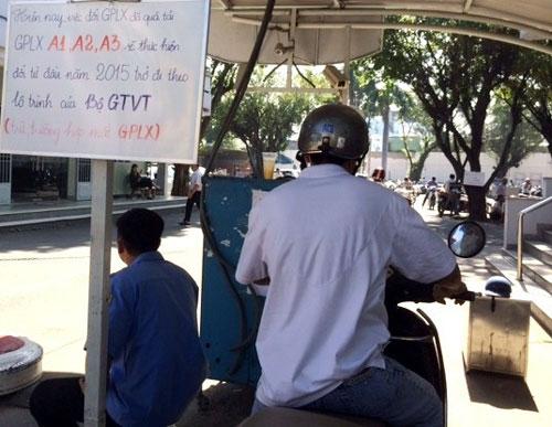 Số người chờ đến lượt đổi giấy phép lái xe tại địa chỉ 111 Tân Sơn Nhì, quận Tân Phú, TP HCM đã ít hơn trước