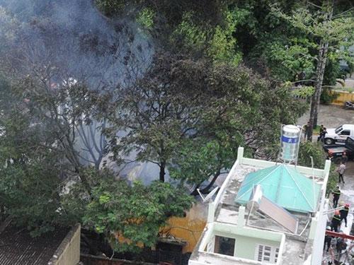 Khói bốc cao sau đám cháy vào trưa 29-6 tại hẻm 27 Tân Thành  (nối dài), phường 16, quận 11, TP HCM
