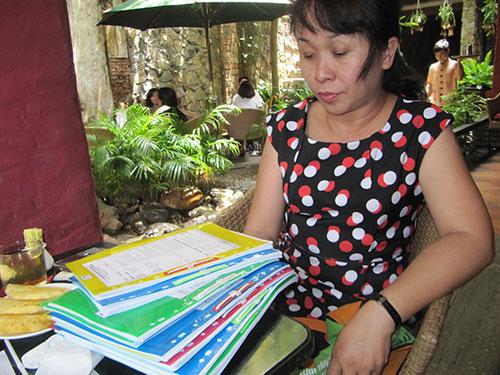 Bà Trần Thị Châu Giang với đống hồ sơ khởi kiện chủ đầu tư dự án PetroVietnam Landmark