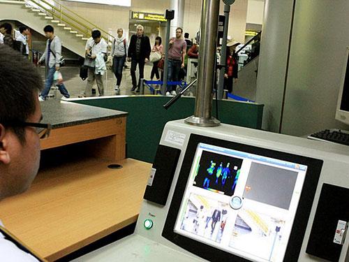 Kiểm tra thân nhiệt hành khách nhập cảnh tại sân bay quốc tế Nội Bài (Hà Nội)