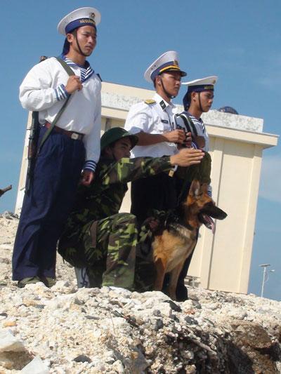 Hải quân và cảnh sát biển phối hợp tuần tra trên quần đảo Trường Sa