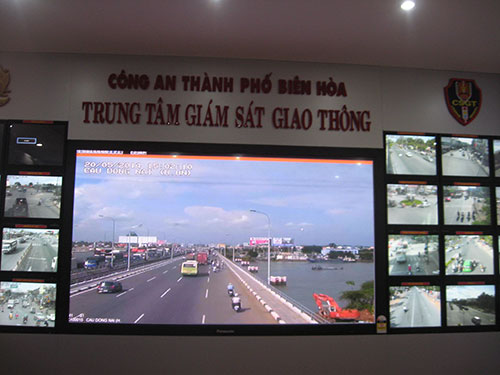 """Hình ảnh giao thông ở các khu vực """"nóng"""" của TP Biên Hòa, tỉnh Đồng Nai đều được theo dõi qua màn hình lớn ở trung tâm kiểm soát"""
