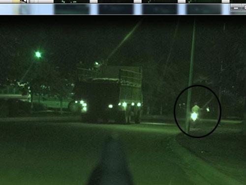 Xe tải có người dẫn đường chuẩn bị vào địa phận Đồng Nai (ảnh lớn).