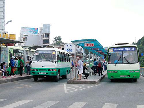 Lượng khách đi xe buýt đang sụt giảm do thiếu bến bãi, điểm dừng đỗ và nhiều bất cập khác Ảnh: HOÀNG TRIỀU