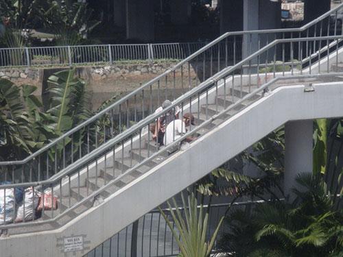 Con nghiện ngang nhiên chích ma túy tại cầu Chà Và (phía phường 11, quận 8, TP HCM). Ảnh: TÂN TIẾN