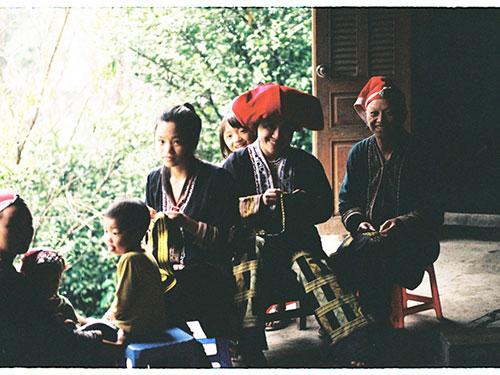 Chị Chảo Mán Mẩy (bìa phải) cùng các phụ nữ Dao đỏ với nghề thêu thổ cẩm truyền thống