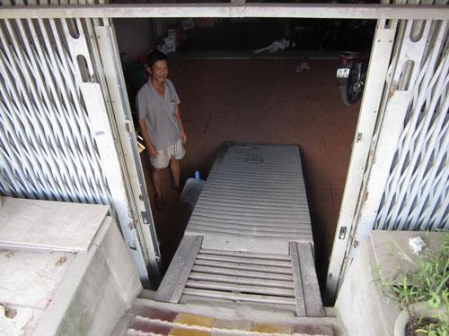 Sau khi Quốc lộ 50 nâng đường, nhà ông Trần Nhân Thanh (E10/285, ấp 5, xã Phong Phú, huyện Bình Chánh) thấp hơn mặt đường gần 2 m Ảnh: HOÀNG TRIỀU