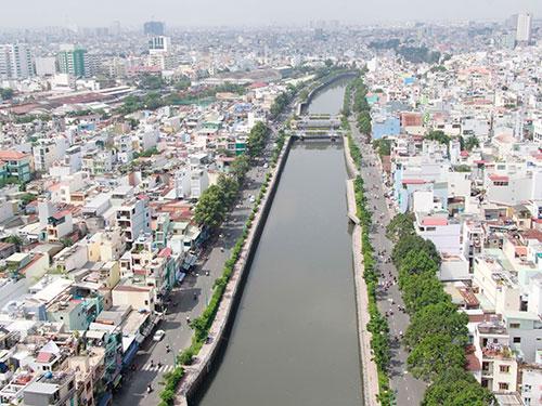 Nếu đi vào hoạt động, tour du ngoạn bằng thuyền trên kênh Nhiêu Lộc - Thị Nghè sẽ giúp tuyến kênh đẹp hơn, văn minh hơn Ảnh: HOÀNG TRIỀU