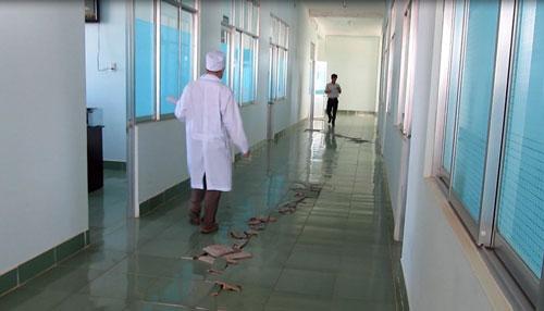 Hành lang Bệnh viện huyện Hàm Tân bị bong gạch rất nhiều chỗ