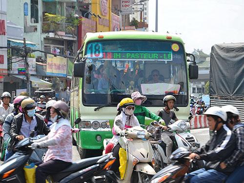 Xe buýt chạy lẫn với xe cá nhân trên nhiều tuyến đường ở TP HCM nên thường gây va quẹt, tai nạn chết ngườiẢnh: Tấn Thạnh