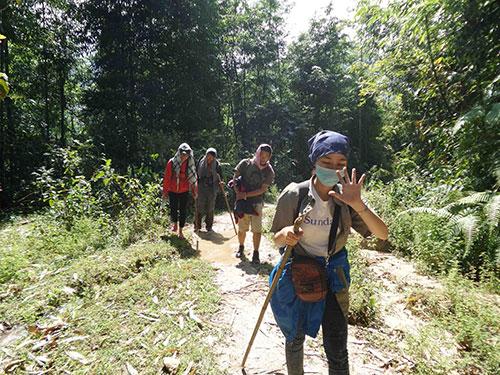 Sau khi vượt qua nhiều con suối, các bạn trẻ chinh phục Tây Côn Lĩnh phải để lại xe máy ở bìa rừng rồi lội bộ