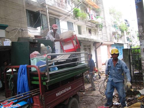 Người dân lô IV, VI cư xá Thanh Đa đang thu dọn đồ để di dời qua chung cư tái định cư 1.050 ở quận Bình Thạnh, TP HCM Ảnh: VÕ LÊ