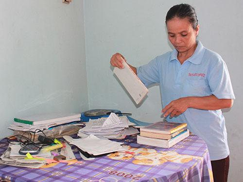 Chị Hồ Thị Bo luôn quan tâm đến việc học của các con