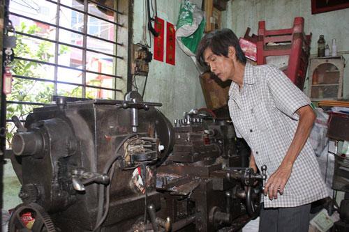 Ông Lý Châu Hùng chăm chỉ làm việc bên chiếc máy phay
