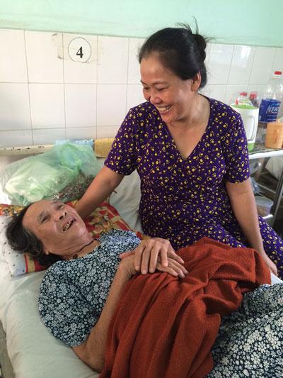 Chị Lê Thị Mỹ Phương chăm sóc mẹ chồng ở bệnh viện