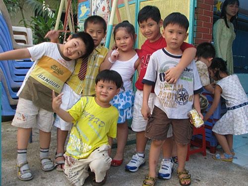 Nhiều phụ huynh chọn gửi con vào nhà trẻ tư nhân vì phù hợp với điều kiện thời gian của người lao động,  thủ tục lại thuận lợi Ảnh: HOÀNG LUÂN