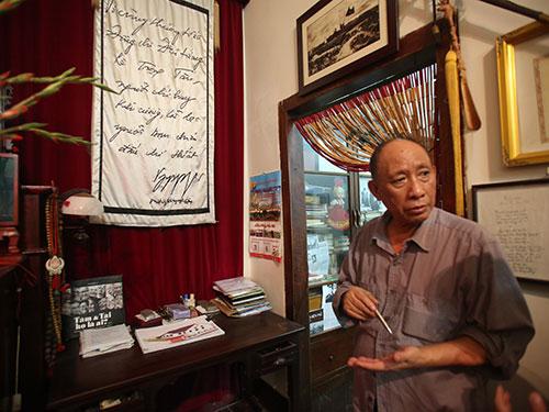 Ông Lê Đông Hải, con trai Đại tướng Lê Trọng Tấn, bên bàn thờ cha