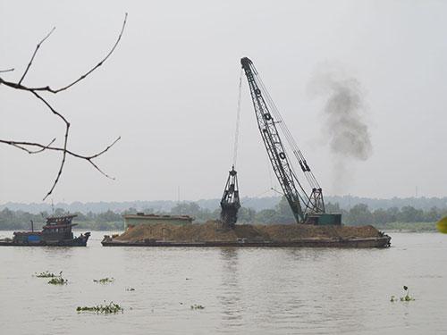Nạo vét, thông luồng trên sông Đồng Nai Ảnh: Minh Khanh