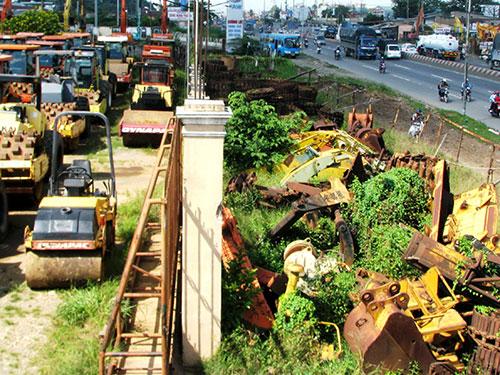"""Các bãi xe """"nát"""" dọc xa lộ Hà Nội, cửa ngõ ra vào TP HCM"""