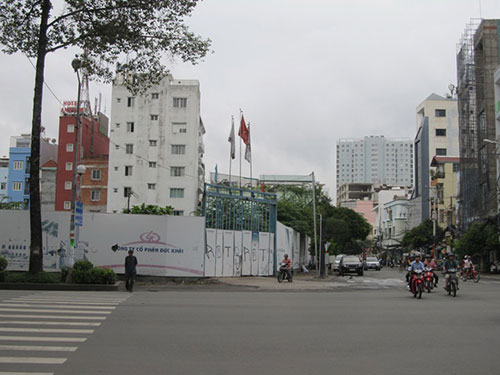 Khu đất vàng 289 Trần Hưng Đạo - 74 Hồ Hảo Hớn, quận 1, TP HCM bị vây lại rồi bỏ hoang từ nhiều năm nay