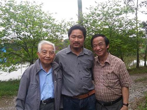 Anh Trần Nhữ Giáp (giữa) cùng GS Nguyễn Lân Dũng (phải) và GS Võ Quý