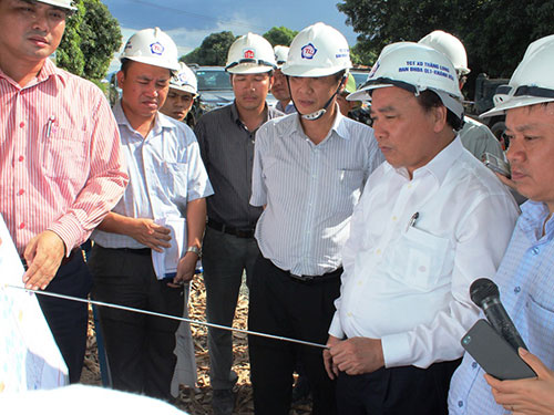 Phó Thủ tướng Nguyễn Xuân Phúc kiểm tra công tác giải phóng mặt bằng tại tỉnh Khánh Hòa