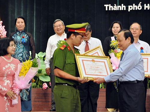 Bí thư Thành ủy TP HCM Lê Thanh Hải tặng bằng khen cho những cá nhân điển hình học tập và làm theo tấm gương đạo đức  Hồ Chí Minh năm 2013-2014