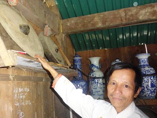 Cặp cồng quý của A Lăng Linh được giới mua bán cổ vật Lào trả đến 1,6 tỉ đồng nhưng ông nhất quyết không bán