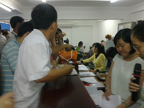 Nhân viên tại điểm cấp đổi GPLX 111 Tân Sơn Nhì, quận Tân Phú, TP HCM hướng dẫn người dân làm hồ sơ
