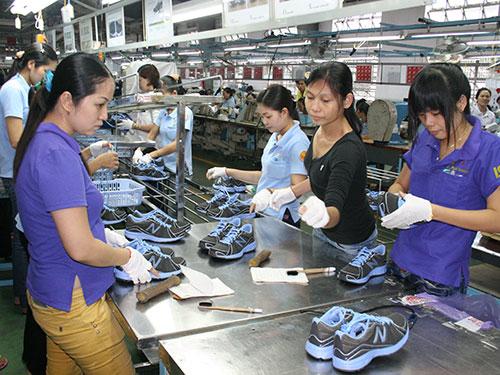 Gia công giày tại Công ty Việt Nam Samho (100% vốn Hàn Quốc; huyện Củ Chi, TP HCM) Ảnh: Vĩnh Tùng