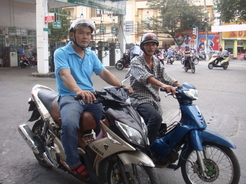 Ông Trần Văn Hoàng (phải) cùng đồng đội Lê Ngọc Phúc