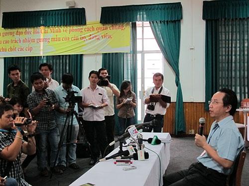Lãnh đạo Bệnh viện Hùng Vương thông tin với báo chí về vụ bắt cóc trẻ sơ sinh