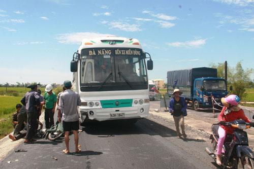 Vụ tai nạn giao thông giữa xe khách và xe máy xảy ra sáng 13-8 trên Quốc lộ 1 đoạn qua huyện Thăng Bình, tỉnh Quảng Nam Ảnh: QUANG VINH