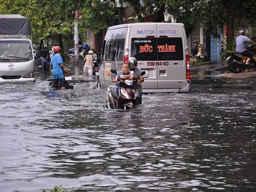 Nhiều tuyến đường ở TP HCM ngập trong nước sau cơn mưa sáng 30-4 Ảnh: XUÂN DANH