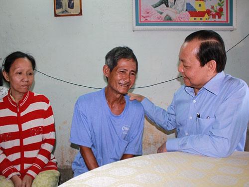 Bí thư Thành ủy TP HCM Lê Thanh Hải trong một lần thăm hỏi, động viên hộ nghèo trên địa bàn quận 9