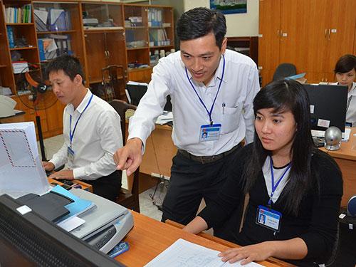 Cán bộ, nhân viên Văn phòng UBND quận 1, TP HCM trong một buổi làm việc Ảnh: TẤN THẠNH