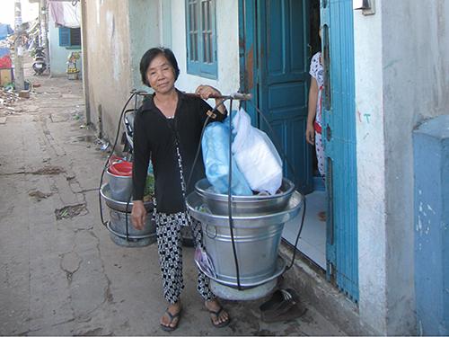 Bà Tăng Thị Phắng có nhà bị giải tỏa trong dự án Rạch Ụ Cây, quận 8, sau khi tái định cư tại chung cư Tân Mỹ, quận 7 do khó làm ăn đã phải quay lại chỗ cũ thuê nhà đi bán xôi Ảnh: Quý Hiền